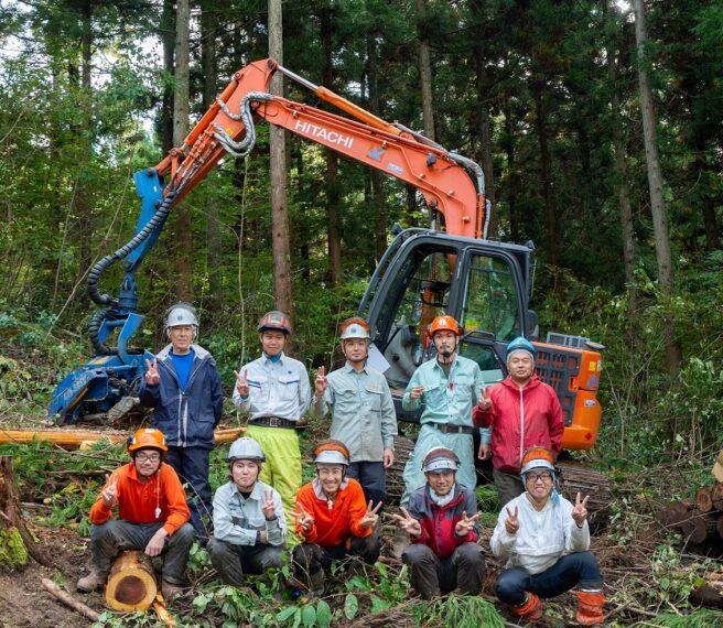 2020年の「緑の雇用 研修」で一緒になった先輩や仲間たちと記念写真。みんな、いい笑顔です!