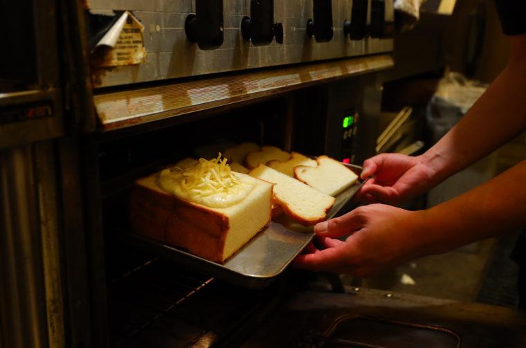 オーブンで約6分間。じっくり焼き上げれば…