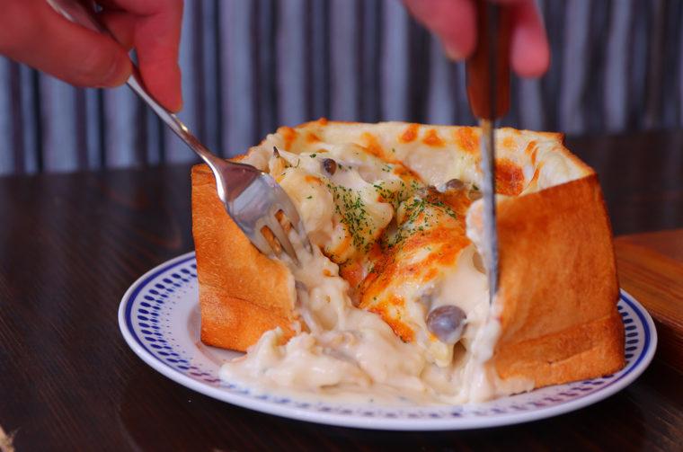 『デルタのパン DE パングラタン』(大1,200円税込)。いきなり食パンをカットしてもよし、先に中だけを食べ進めてもよし