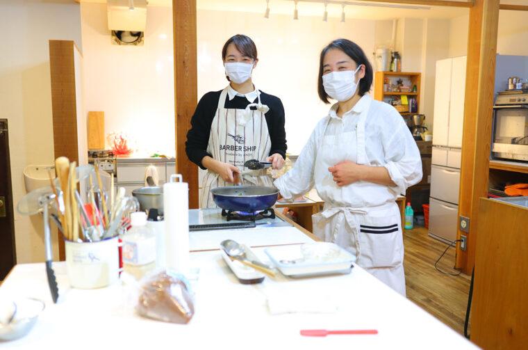 フライパンで豚モモ肉を焼き、野菜を加えて、タレを絡めて出来上がり