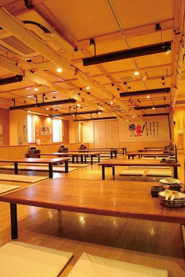 カウンター席、個室、席ごとに仕切られる座敷を用意