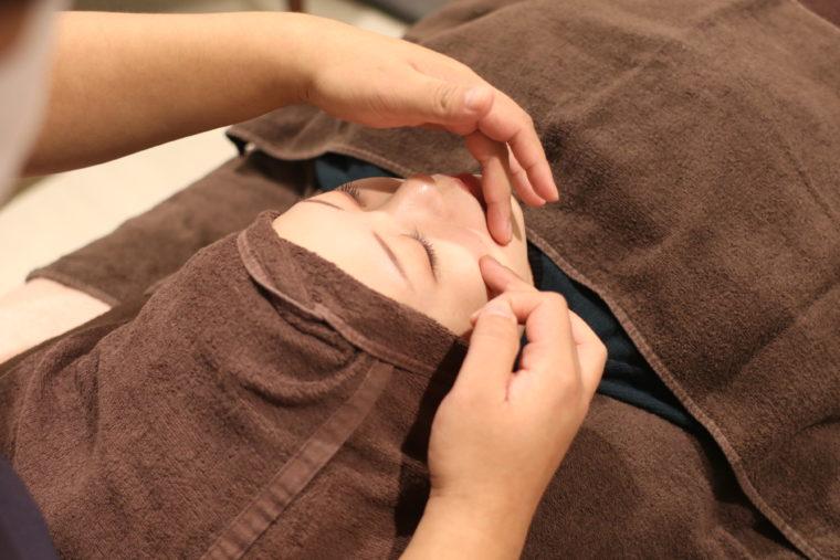 美容鍼灸が終わった後は、マッサージで肌を引き締めてくれる