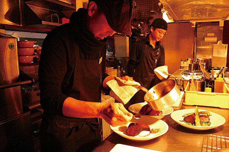 シェフが毎日買い付ける地モノ食材を前に腕を振るう。調理法やソースはお客様のお好みに合わせて