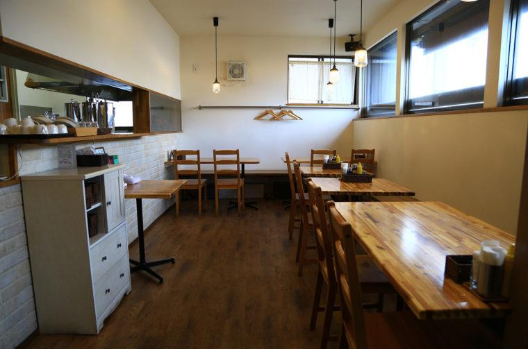 清潔感のあるセミオープンスタイルの小さなお店