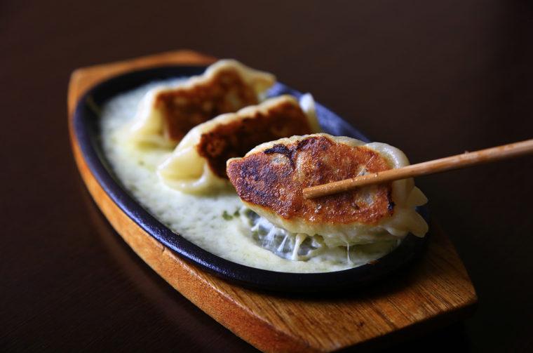 『Wチーズ餃子』(3個620円税抜)。皮の生地は水分量多め。モチモチの食感に仕上げている