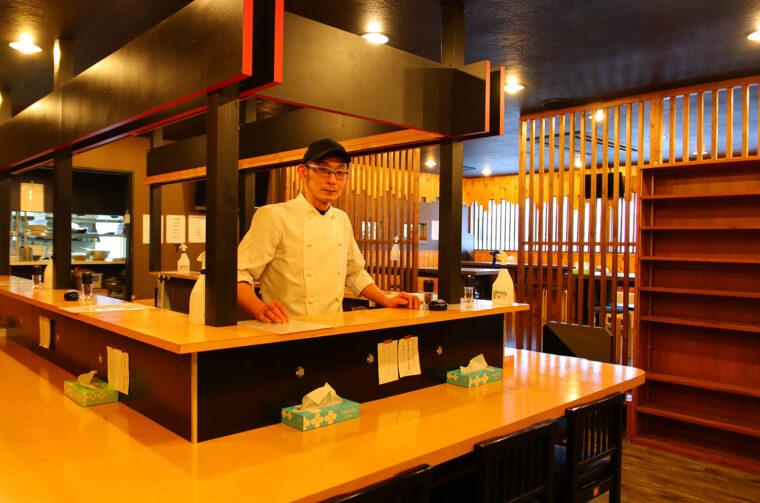 スプレッド店長の矢部久雄さん。ラーメンも作れて、肉もさばけます。バーテンとしての腕前も完璧。ちなみに「彼女大募集中!!!!!」だそうです(笑)