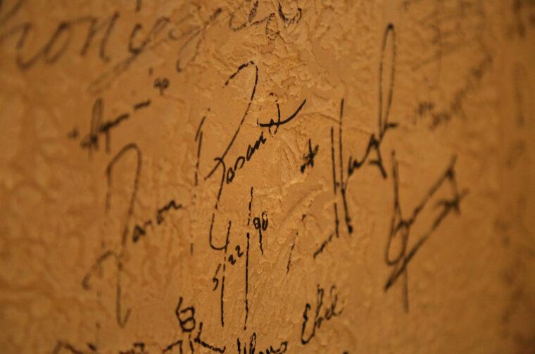 お店でコンサートを開催することもあり、有名な音楽家たちのサインが壁に書かれているんです