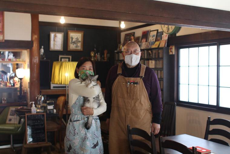店主の石川さんご夫妻とネル。感染予防のため、ネルには触らないようお願いしているとのこと