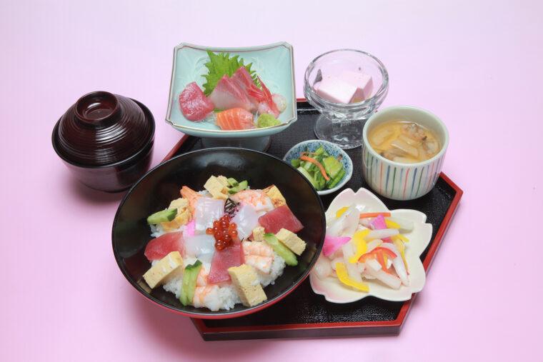 多宝温泉 だいろの湯で提供する『海鮮ちらし雛御膳』。色とりどりで春らしい一品