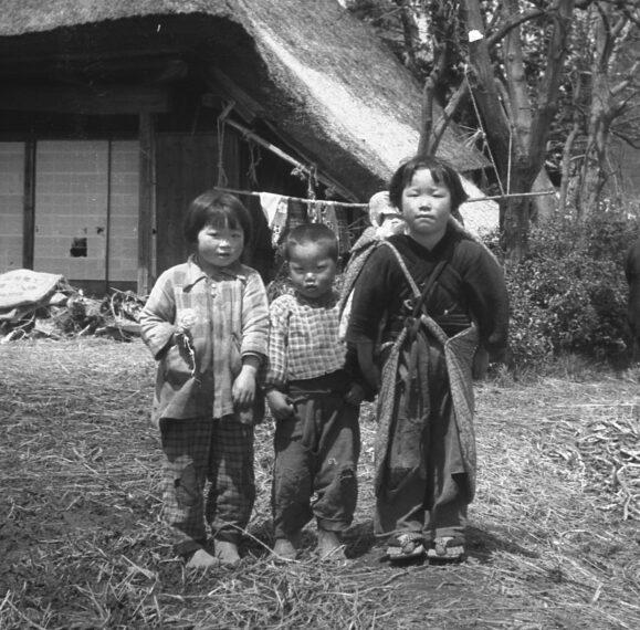 《弟妹の子守り》昭和30年頃 山口賢俊氏撮影