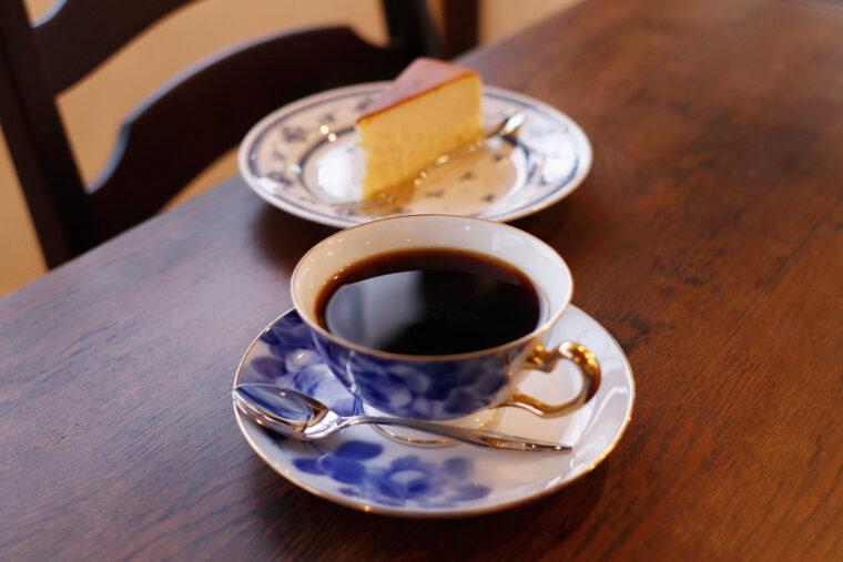 コーヒーは500円(税抜)~。チーズ ケーキはドリンク+300円(税抜)