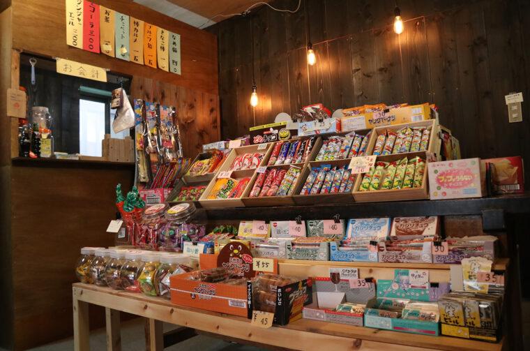 店内の休憩スペースで駄菓子とドリンクを楽しむこともできます