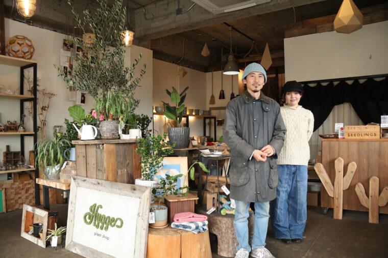 左がオーナー吉井徹さん。オフィスや店舗へのグリーンコーティネートプロデュースも行なっています。右がスタッフの河治実紗生(かわじみさき)さん。吉井さんからの信頼も厚く「ビジュアルマーチャンダイザー」として活躍中
