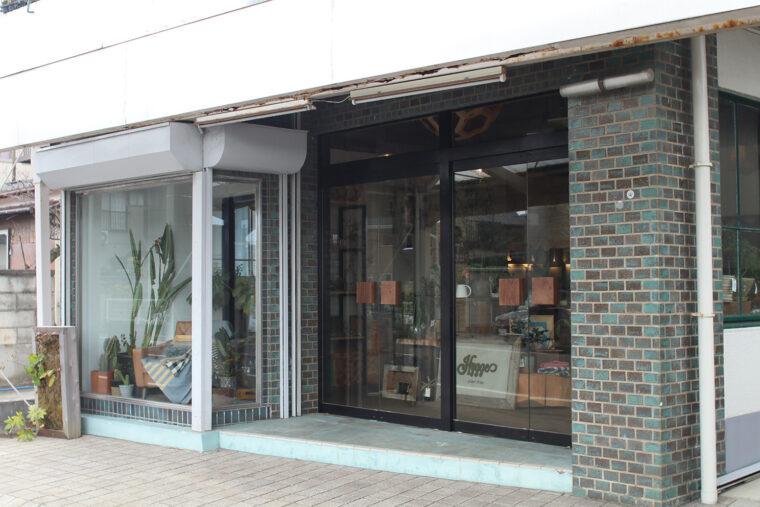 新潟亀田内野線沿い、セブンイレブン新潟内野町店の向かいにあります。ウォルナットの取っ手がオーナー・吉井さんのお気に入り