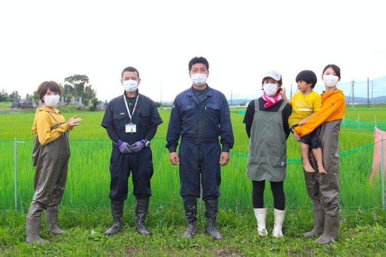 写真中央が生産者の青木さんで、左から2番目がJAささかみの一ノ瀬さん