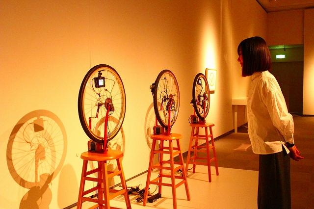 『デュシャンピアナ:自転車の車輪1、2、3』1983-90年 公益財団法人アルカンシエール美術財団/原美術館コレクション蔵 この小さな車輪の中にも映像が流れてるんです