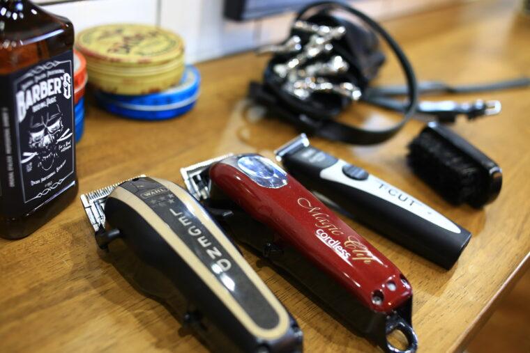 年期が入った冨樫さんのハサミやカミソリなどの道具