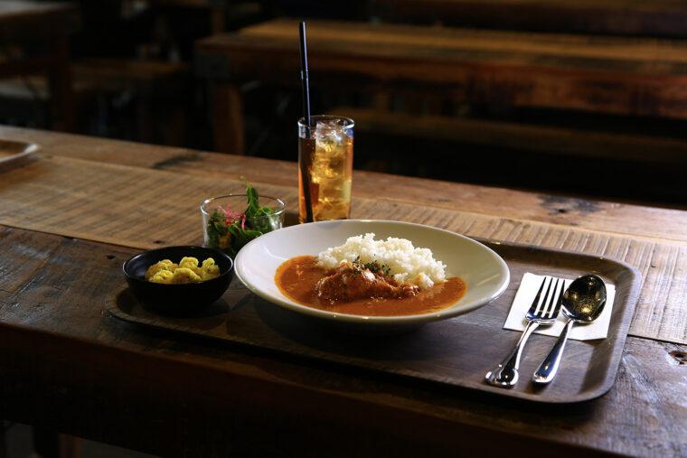 この日の『日替わりランチセット』はバターチキンカレー(1,100円)。サラダ、小鉢、ドリンク付きで大盛り無料!