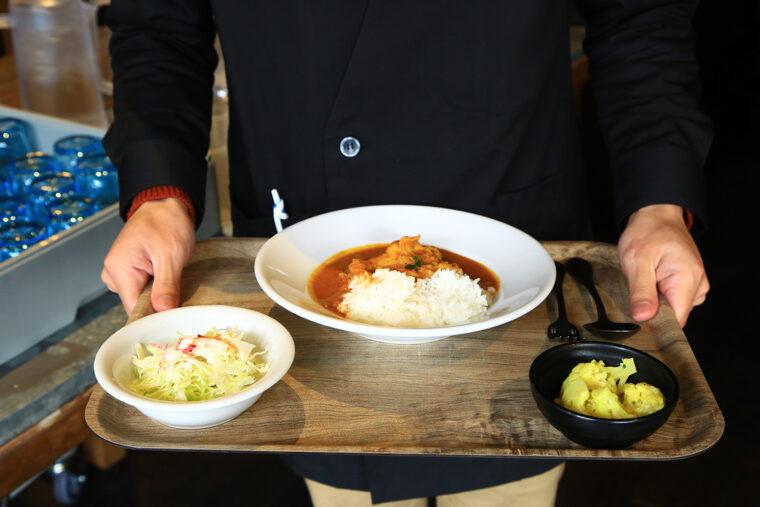 取材日のメニューの『バターチキンカレー』(中)、サラダ(左)、カリフラワーのマリネ(右)