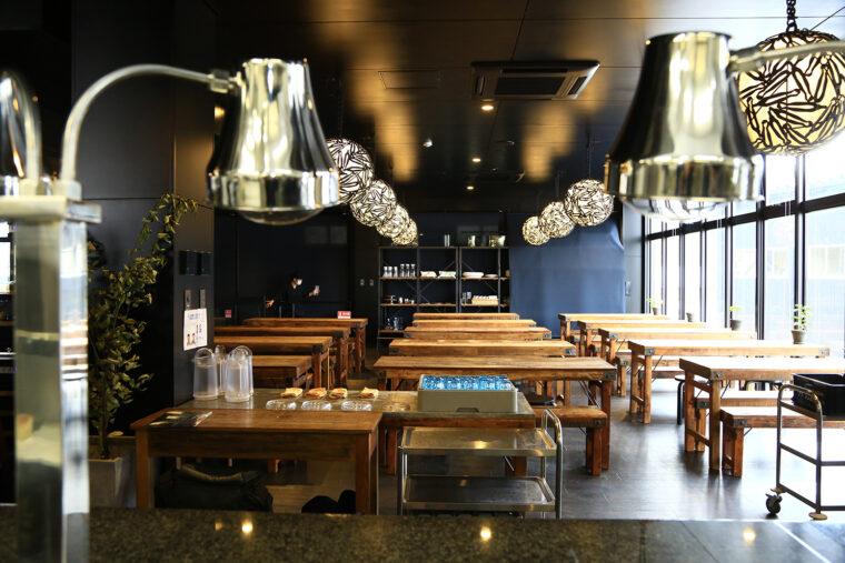 社員食堂は1階フロアの右奥 に。全スタッフ約60名を収容できるほど広い。照明には爪切りの廃材を再利用しています