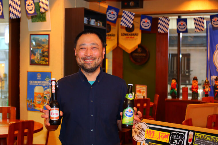 店主・嶋津さん。ビールが大好き!