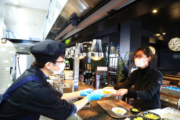 皆川さんはスタッフからの愛されキャラに定着。食事の受け渡しの際も楽しい会話が飛び交います