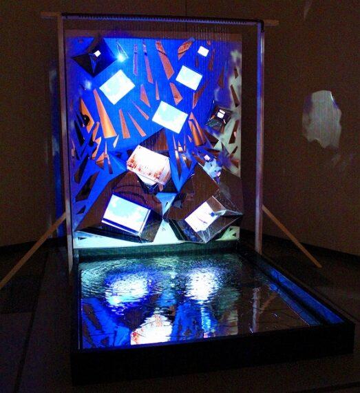 『ナイアガラの滝』1985/2021年 久保田成子ヴィデオ・アート財団蔵 四季のナイアガラの滝を映した映像が水に反映して、とっても幻想的