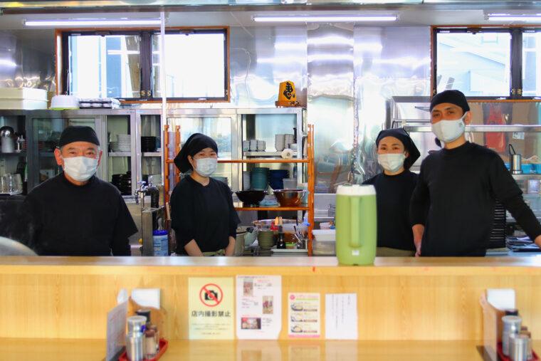 店主・松澤さん(右)とスタッフの皆さん