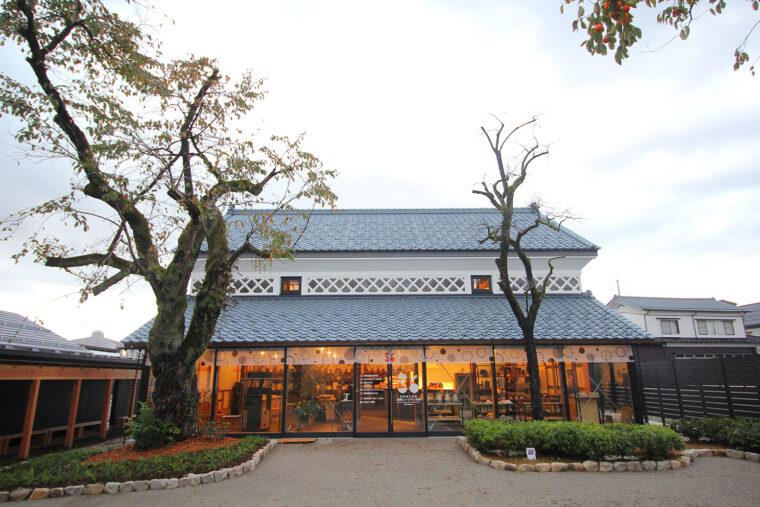 建物は大正時代に建てられた米蔵を利用
