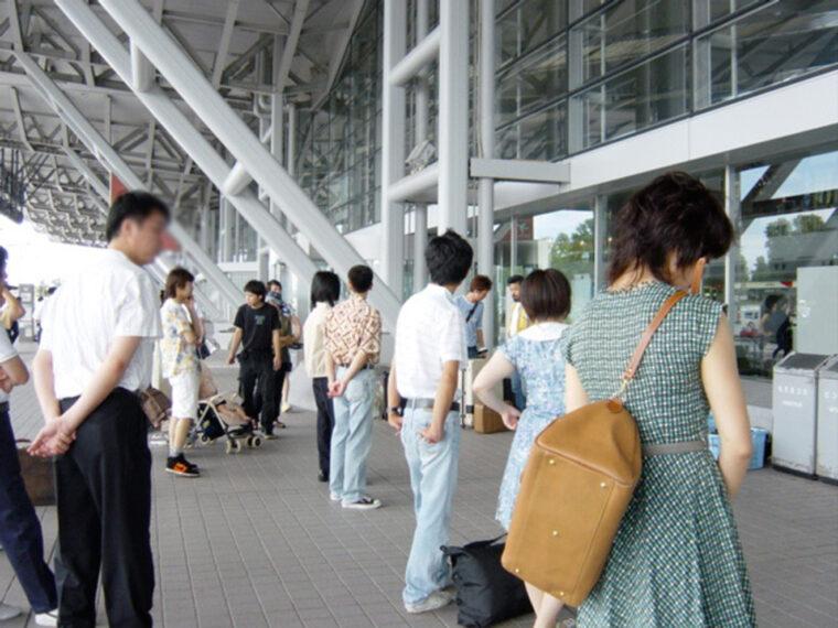 新潟空港ビルディングの玄関出入り口。待機中のエキストラさんです