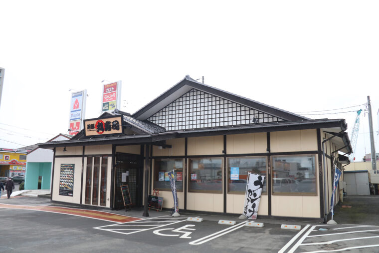廻鮮丸寿司関屋店 外観。お店があるのは関屋ショッピングセン ターの一角