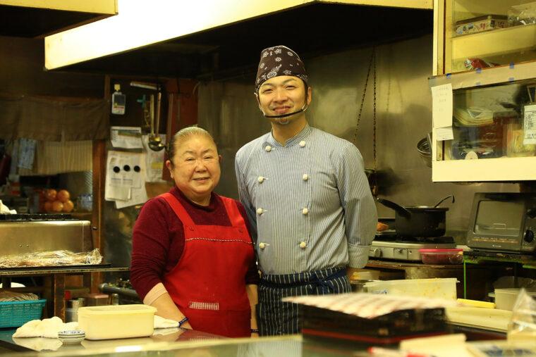 2代目料理人・村松さん(右)と伯母・喜美子さん(左)
