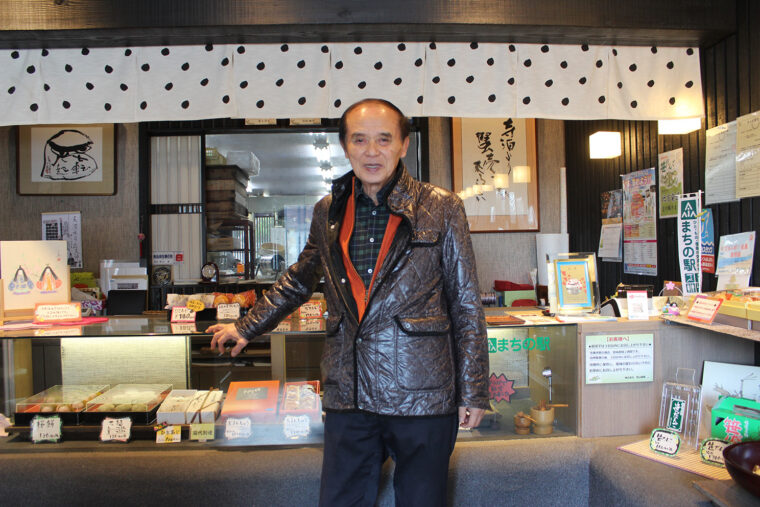 代表取締役 西山 孝さん。西山製菓の3代目。ゴルフ、書道など多彩な趣味を持つ。海浜植物ハマボウフウの育成にも取り組む