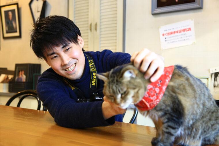 15時のおやつの時間になると小林さんに甘えてくる看板猫・はる