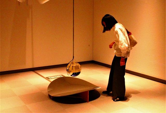 『ヴィデオ俳句 ぶら下がり作品』1981年 久保田成子ヴィデオ・アート財団蔵 反射で映像として映る自分の姿を見ています