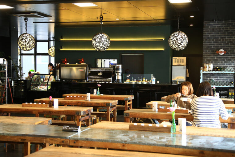 一般の飲食は併設のカフェスペースで