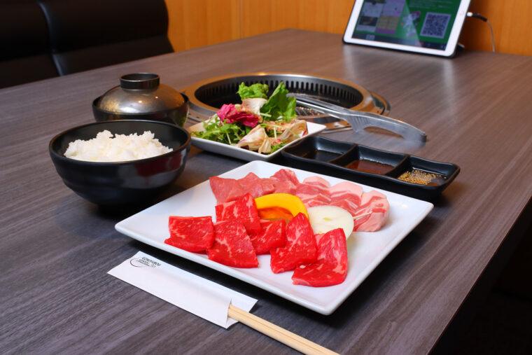 『下田ポークと牛カルビの200g盛り定食』。醤油、味噌、塩のつけダレが用意され、味変を楽しめます