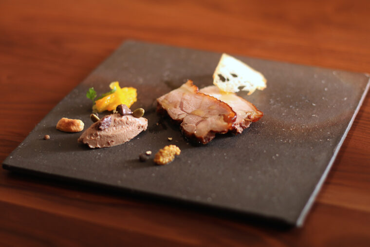 阿賀野市産の地鶏「シャポン グリル」のスモーク。おいしいお酒と一緒にどうぞ