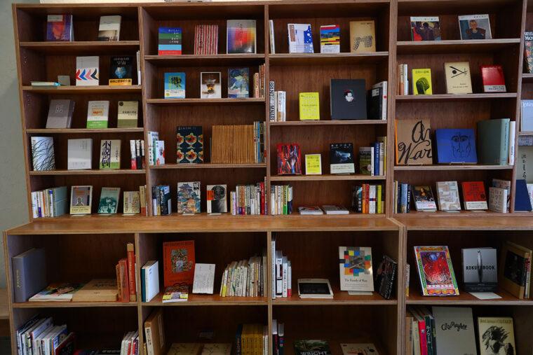 本棚。現在は古書を中心としたラインナップ