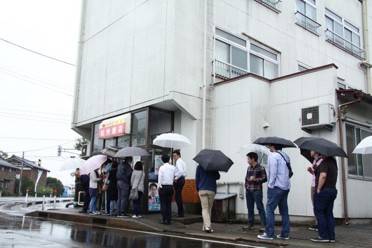 平日だってお店の前には行列ができてます
