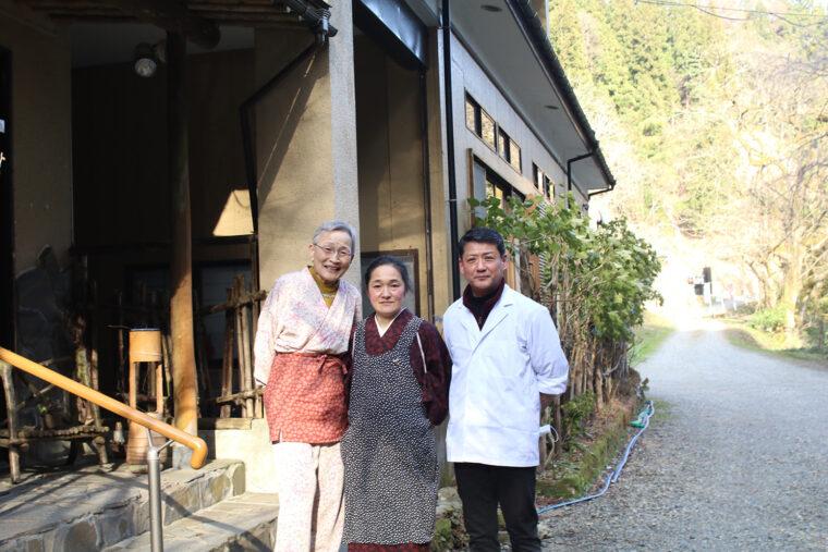 亀徳泉5代目店主の佐藤嗣久さん(右)とご家族のみなさん。名店で修業を重ねた佐藤さんが作る料理はもちろん、アットホームなもてなしに心和みます