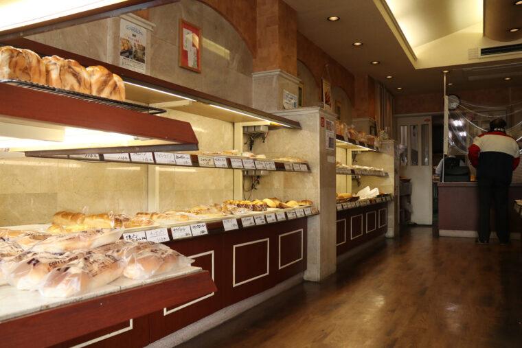 栄軒ベーカリー 店内。朝から夕方まで客足の途絶えない人気店です