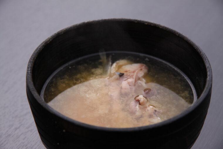 、鯉と湧き水と味噌のみで作る『鯉こく』(550円)。芳醇なうまみに驚く人も多いとか