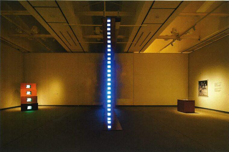 『デュシャンピアナ:マルセル・デュシャンの墓』1972-75/2019年 久保田成子ヴィデオ・アート財団蔵 タワーのような立体物の中に連なるモニターが鏡に映り込んで、永遠に続いているようです