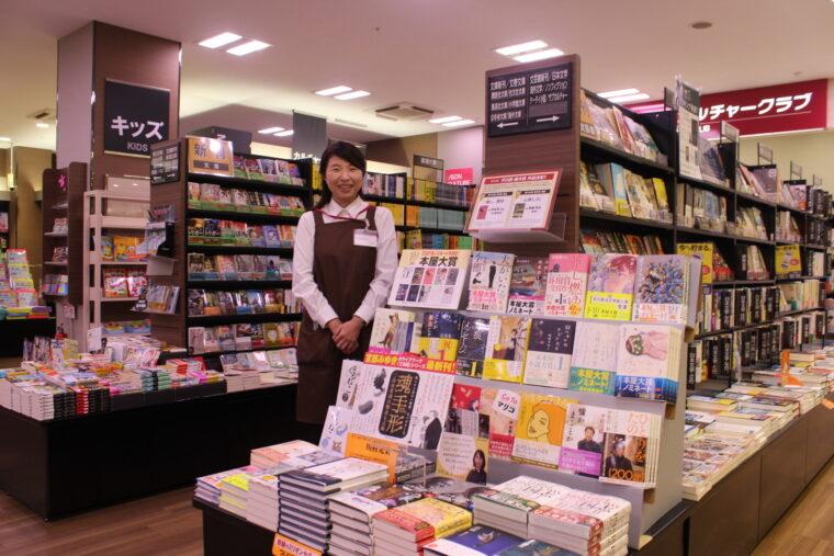 村山幸代さん/大の本好きが高じ、大学卒業以来、職歴はずっと書店員。宮本輝や村上春樹など、学生時代に読んでいた作家の小説を読み返すのが現在のブーム