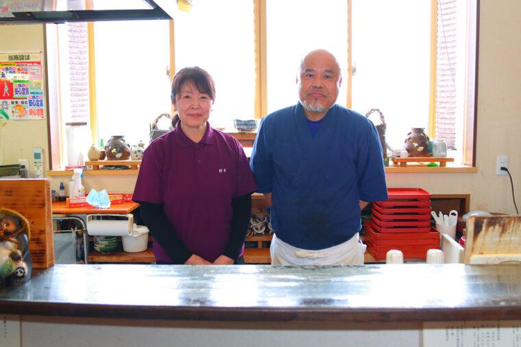 お店を切り盛りする鈴木さんご夫婦。鈴木さんは料理以外にも陶芸が 好きで、うつわを手作りしています