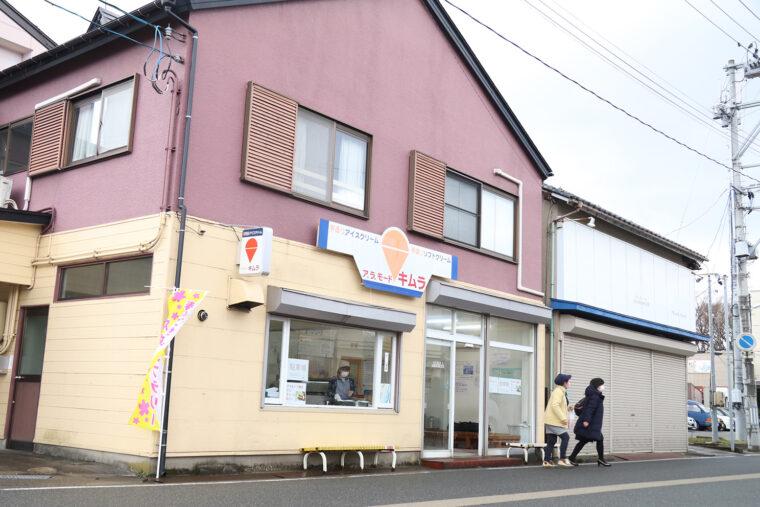 お店は幹線道路からちょっと入った場所。10月初旬~ 3月下旬にはもうひとつの名物『アラモード焼』を焼くところが窓越しに見えます