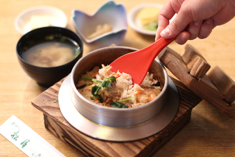 『五目』(990円)。味噌汁、小鉢、漬物付き