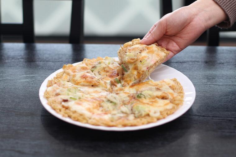 『ラーメンピザ』(1,350円)。約1.5玉分の麺を使用し、味もボリュームも満点!