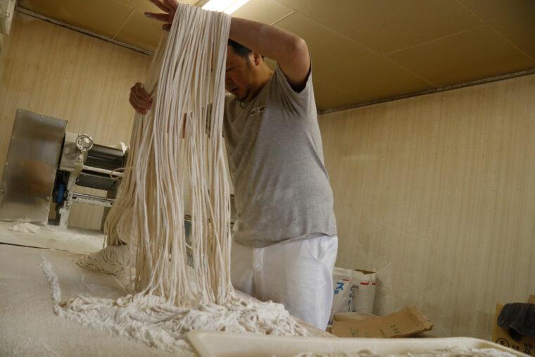 極太麺は三代目自ら粉まみれになって作っています